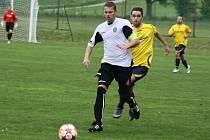 Aleš Věčorek (v bílém) vyváží míč v utkání Albrechtice - Vendryně.