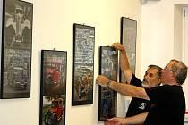 Jaroslav Hrachovec a Květoslav Klíma instalují výstavu havířovských fotografů.