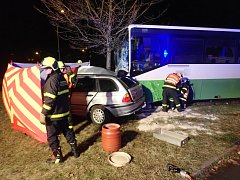 Tragická dopravní nehoda osobního automobilu s autobusem v Chrpové ulici v Havířově-Šumbarku.