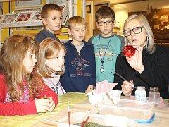 Do tajů zdobení baněk nahlížely především děti na akci, kterou uspořádala výstavní síň Muzea Těšínska v Orlové.