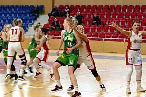Basketbalistky Havířova (v bílém) se výrazně přiblížily startu v play off.