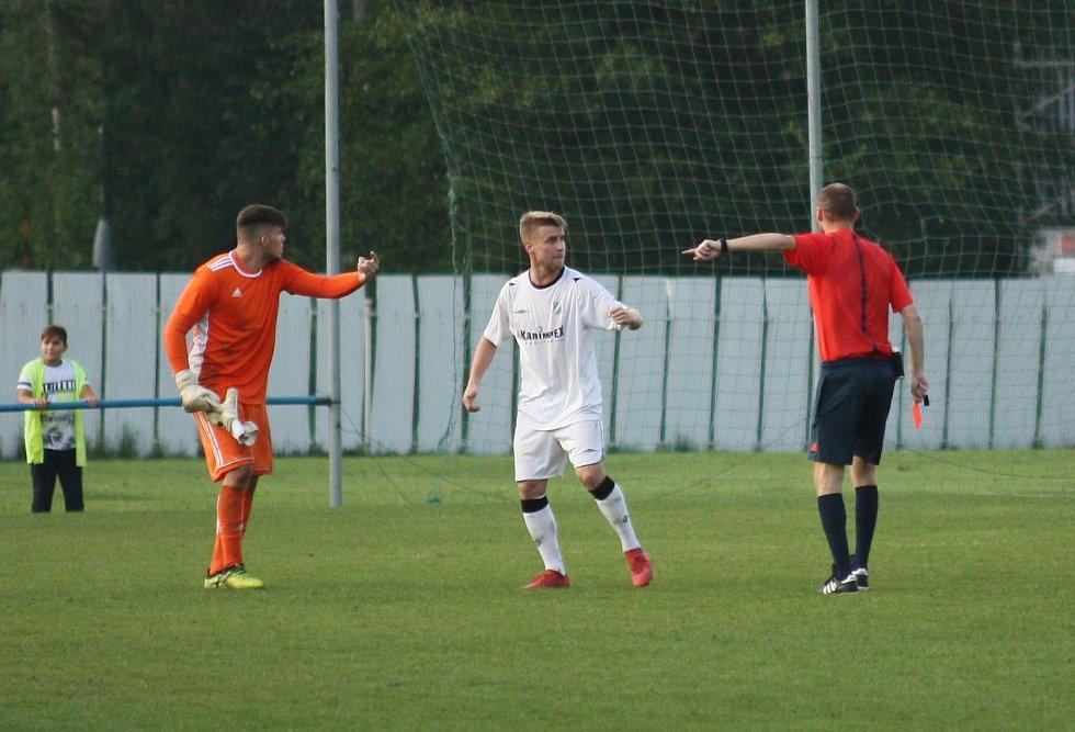 Michal Tomáš (v bílém) si v závěru vykoledoval červenou kartu za kritiku rozhodčího.