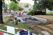 Nově rekonstruované chodníky s cyklostezkou podél Dlouhé třídy v Havířově. Hotovo mělo být 22. 5. 2018. Někde stavbaři v té době práci dokončovali, opravovali vady nebo dokonce teprve začínali s dlážděním.