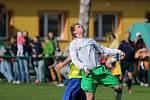 Fotbalisté Stonavy (žluté dresy) porazili doma kolegy z havířovských Datyní.