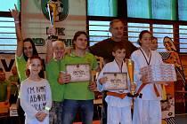 Trenéři Baníku Karviná přebírají diplomy a pohár za druhé místo v soutěži družstev na Velké ceně Karviné.