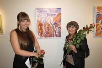 Ludmila Wurzlová se svou vnučkou na vernisáži.