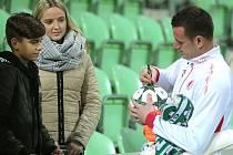 I když vůbec nehrál, byl o Laštůvkův podpis mezi mladými fanoušky znovu zájem.