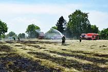 V Rychvaldu museli hasiči likvidovat požár, který způsobil poryv větru. Trávu u plotu vypaloval starší muž, kterému poryv větru obrátil vítr a plamen mu sežehl obličej.  Foto: HZS MSK
