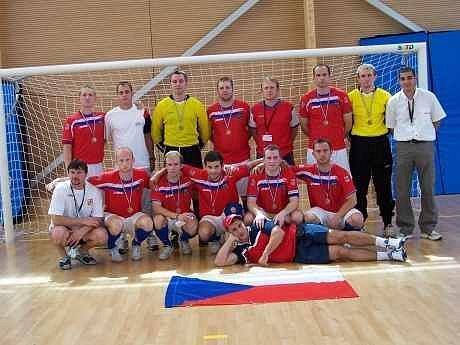 Čeští hasiči se v sálovce vyznají. Na mistrovství Evropy hasičů vybojovali bronz. V sestavě českého týmu nechyběl ani karvinský fotbalista Martin Opic (v horní řadě třetí zprava).