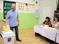 Lídr orlovské ČSSD Tomáš Kuča ve volební místnosti.