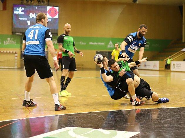 Házenkáři Karviné (v zeleném) zvládli první čtvrtfinále nad Brnem.