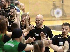 Karvinští se radují se svými fanoušky z výher. Lídr týmu Michal Brůna měl důvod k úsměvu.