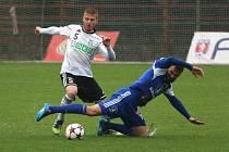 Tomáš Janíček (v bílém) si zahraje ligu ve Zlíně.