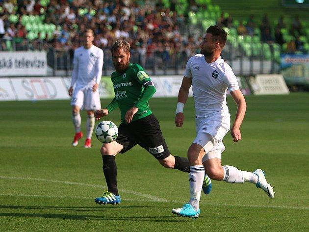 Tomáš Wágner (v bílém) v souboji s jabloneckým kapitánem Tomášem Hübschmanem.