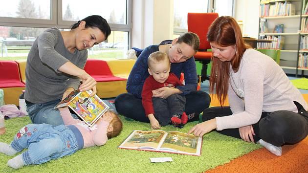 Děti, knihy, úsměvy a příjemná atmosféra. Tak vypadá akce Bookstart v karvinské knihovně, určená především rodičům na mateřské dovolené a jejich dětem veškerého předškolního věku.