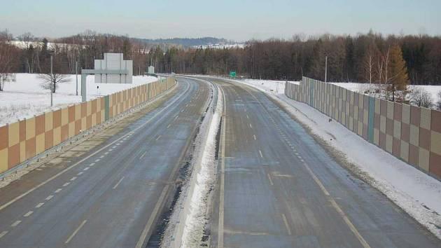 Český Těšín je s Frýdkem-Místkem spojen čtyřproudovou silnicí.