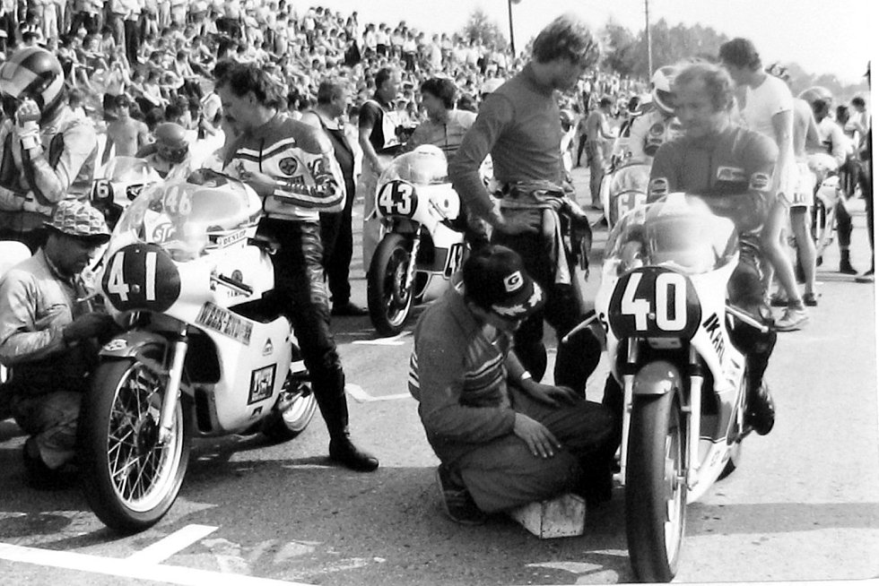 Legendární motocyklový závodník Jánoš Drapál (startovní číslo 40). Pětkrát se stal absolutním vítězem Zlatého kahance. Svou smrt našel ve věku 37 let na závodech v Piešťanech. Letos by slavil své 71. narozeniny.