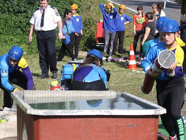 Soutěž mladých hasičů v požárním útoku.