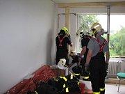 Zásah hasičů v domě, který poškodil výbuch plynu.