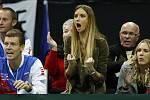 Česká lavička povzbuzuje Radka Štěpánka. Zleva Tomáš Berdych, jeho přítelkyně Ester Sátorová a Štěpánkova manželka Nicole Vaidišová. Vzadu Štěpánkovi rodiče.