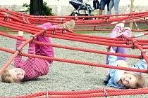 Z nových hřišť budou mít bezesporu největší radost děti. V parku po nábřeží Olše ale mohou jezdit i cyklisté.