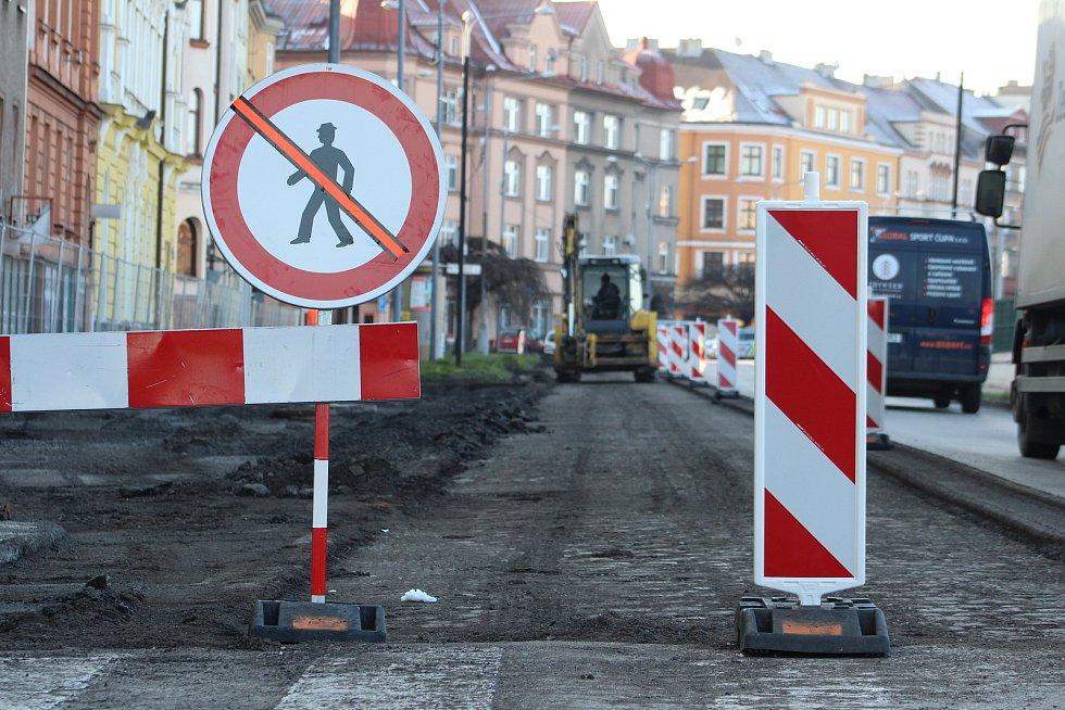 Po Nádražní ulici v Českém Těšíně se jezdí jednosměrně. Začala tam revitalizace a přeměna v částečnou pěší zónu. Práce potrvají do podzimu.