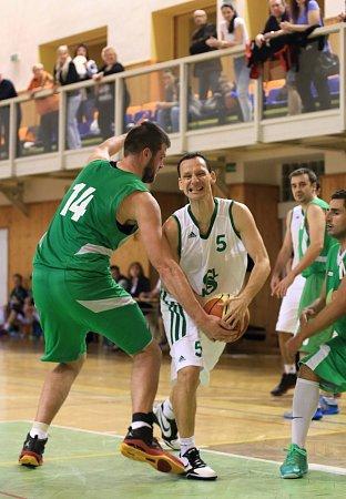 Karvinští basketbalisté (vbílém) ukončili sezonu vplay-off proti Šumperku.