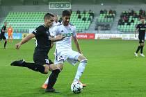 Souboj šestadvacítek. Karvinský Bojan Letić (v bílém) se snaží zastavit jabloneckého Tomáše Holeše v osmifinále MOL Cupu.