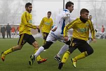 Karvinští fotbalisté (ve žlutém) porazili v Tipsport lize ostravský Baník.