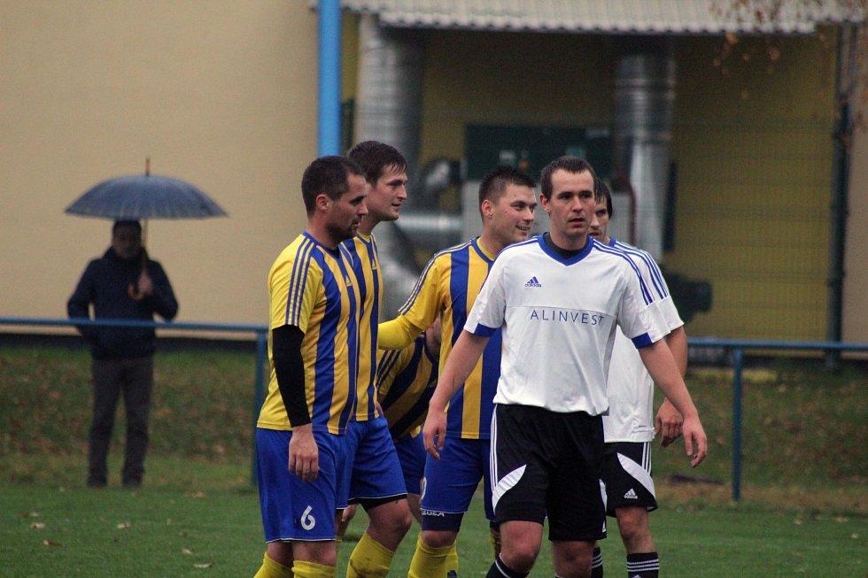 Fotbalisté Bohumína (žlutomodré dresy) zvládli jeden ze šlágrů předposledního kola krajského přeboru výtečně.