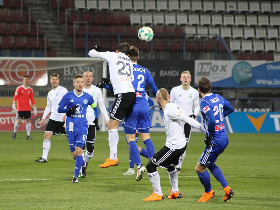 Karvinští fotbalisté (v bílém) uhráli v Olomouci bod.