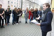 Do celorepublikové polední stávky za dodržování ústavních zvyklostí se zapojili také studenti karvinského gymnázia.