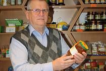 Václav Sciscala ve svém obchodě s včelími produkty a potřebami pro včelaře.