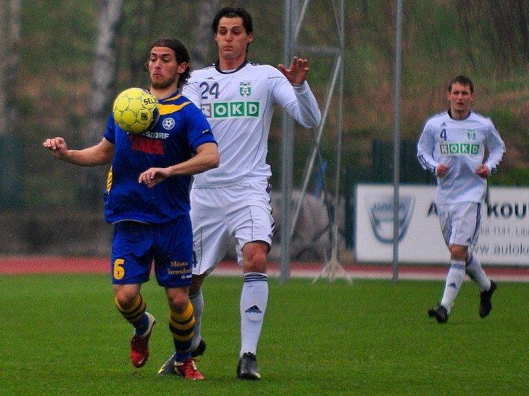 Fotbalové utkání Varnsdorf - Karviná (v bílém) skončilo 1:1.