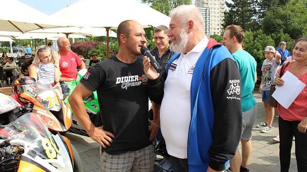 Závodníci, kteří o víkendu pojedou na Těrlickém okruhu o Zlatý havířovský kahanec se spolu se svými týmy v pátek představili na tradiční autogramiádě v centru Havířova.