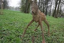 Zkrátka jen tak se rozhodl v úterý ráno ozvláštnit atmosféru karvinského parku Boženy Němcové v centru města Bogdan Kornas svými proutěnými sochami.