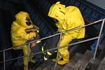 Cvičný noční zásah hasičů při simulovaném úniku čpavku na zimním stadionu.