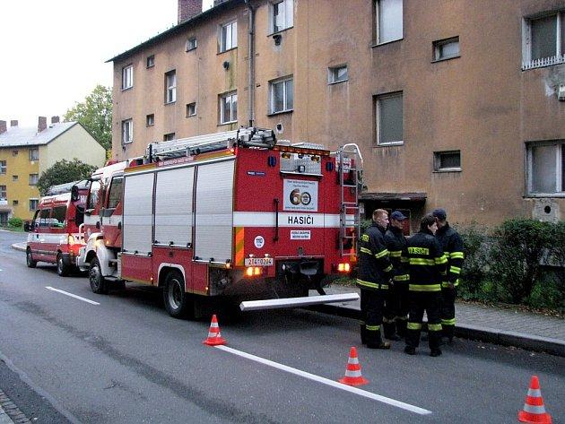 Výcvik dobrovolných hasičů v domě určeném k demolici.
