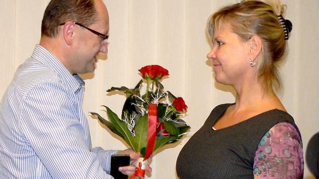 Starosta Českého Těšína Vít Slováček předává květinu dárkyni krve Věře Belošové.