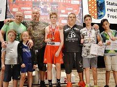 Úspěšná výprava karvinských boxerů. Josef Slepčík (zcela vpravo) má bronz, vedle něj zlatý Ladislav Plachetka a v červeném taktéž mistr republiky Alexandr Illek.