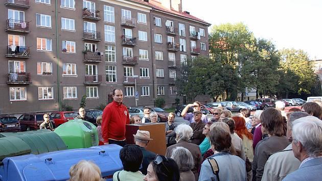 Architekt Adam Guzdek využil při výkladu každou možnost, aby mohl k lidem lépe promluvit, takže mu přišel vhod i vyhozený nábytek u kontejnerů.