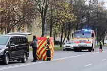 Žena ve čtvrtek ráno nepřežila střet s automobilem u autobusových zastávek nedaleko házenkářské haly v Karviné.