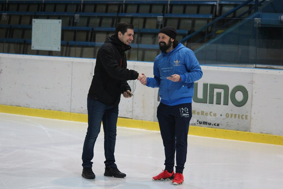 Martin Hublík (vlevo) přebírá cenu pro nejproduktivnějšího hráče soutěže.