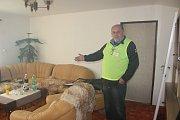 Předseda klubu Luděk Absolon ukazuje místnost pro rozhodčí.