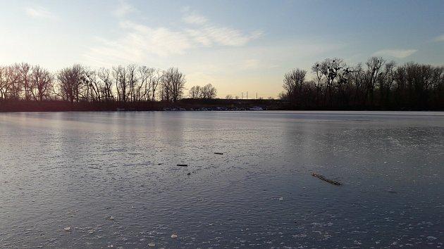 Ministerstvo financí zaplatí čištění jezera vkarvinském parku Boženy Němcové.
