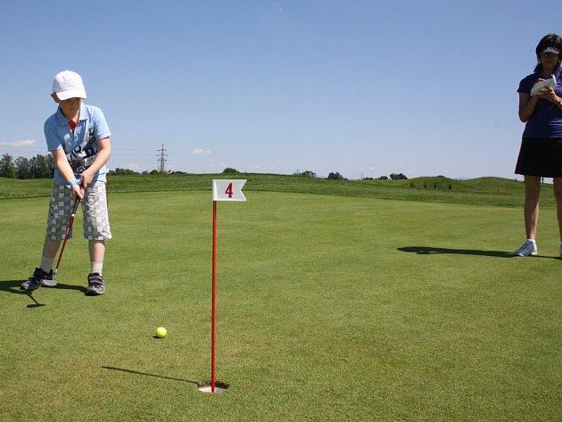 V Golfové akademii se v Karviné naučí základům golfu i místní školáci.
