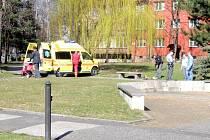 Záchranná služba a policisté na místě napadení v parku u Jitřenky na Dlouhé třídě.