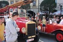 V pátek se na české i polksé straně Těšína konala slavnost ke startu mezinárodní jízdy hasičských veteránů. Dobrovolní hasiči navíc nad řekou vytvořili vodní most přátelství k uctění památky hasičů zahynulých v roce 1970 při povodních.