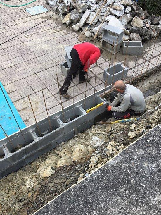 Oprava zdi na letním koupališti v Havířově.