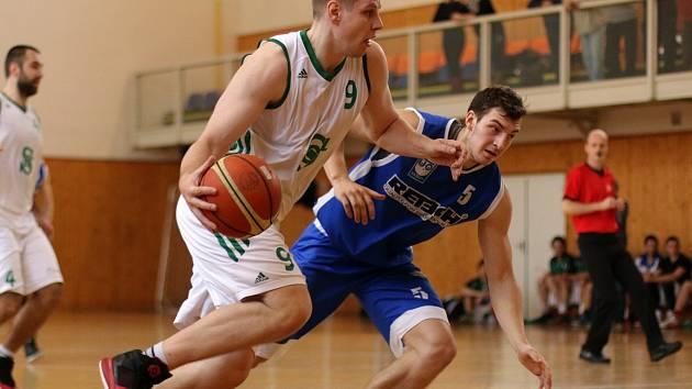 Basketbalisté Karviné (v bílém) podlehli doma Olomouci.